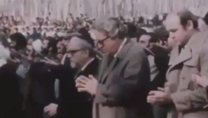 فیلم نماز خواندن کارکنان سفارت آمریکا