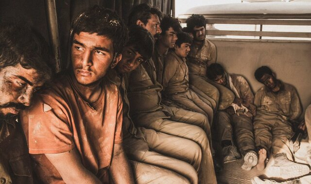 خانواده شهدای مدافع حرم به تماشای « ۲۳ نفر » نشستند