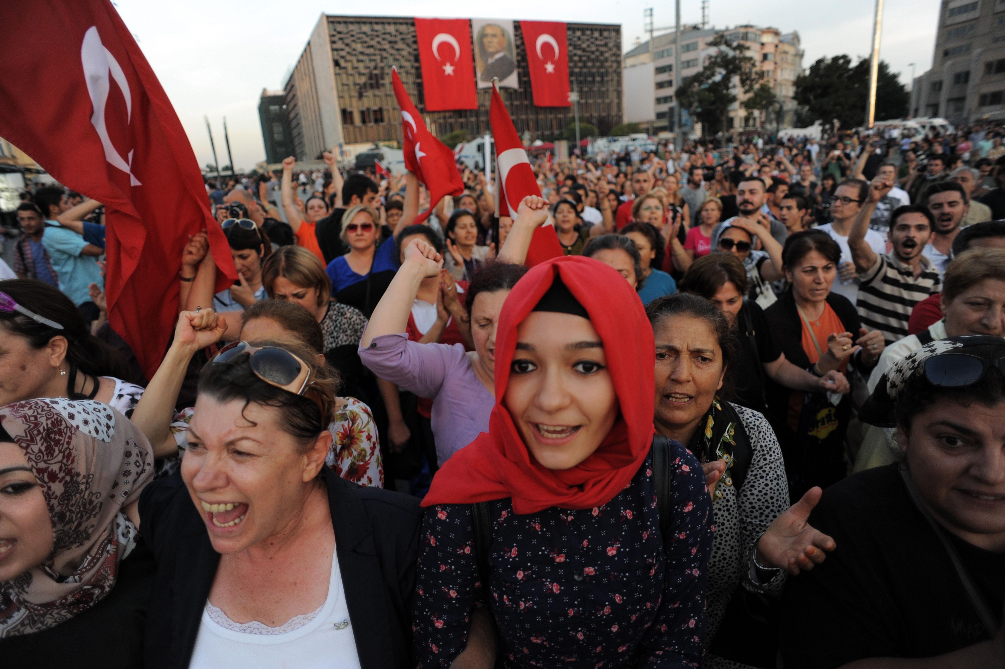 گاز اشک آور ، هدیه ویژه روز جهانی زن