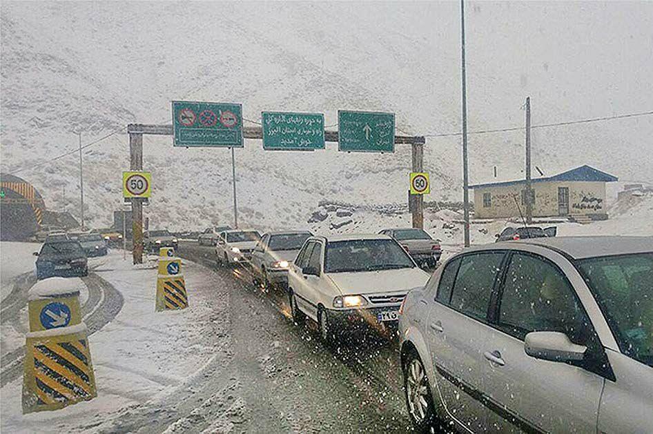 کندوان زیر بارش برف / ترافیک همچنان در هراز ادامه دارد