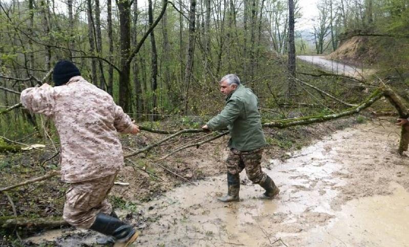 مردم برای کمک وارد مناطق سیل زده نشوند