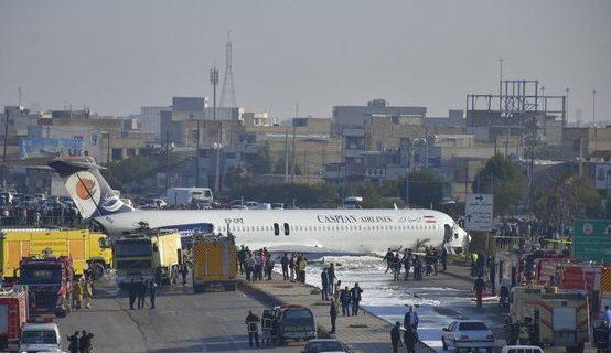پرواز تهران – ماهشهر وسط اتوبان نشست/مسافران سالم هستند