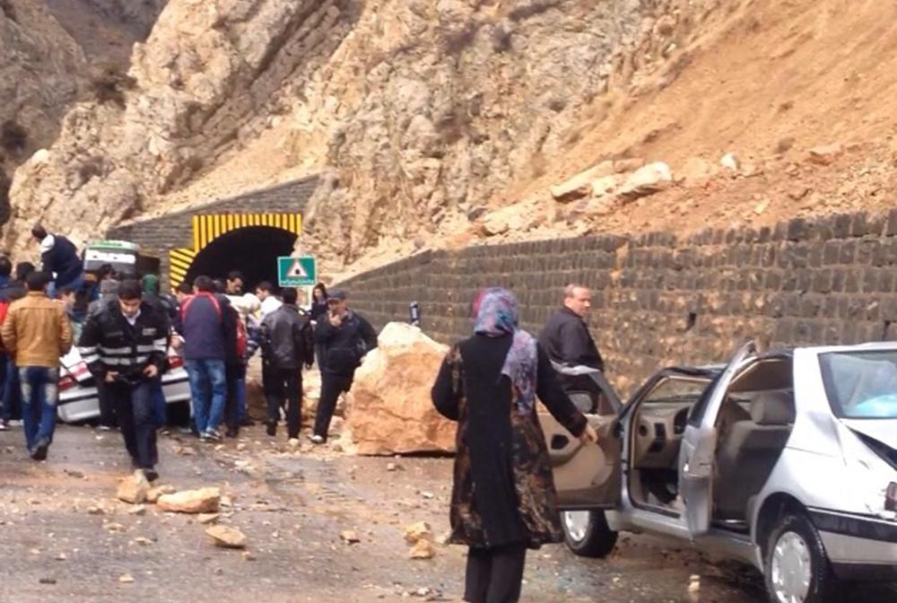 ریزش کوه و بارش باران ۳ مسیر خوزستان را مسدود کرد