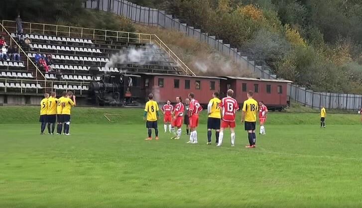 قطار در ورزشگاه فوتبال!