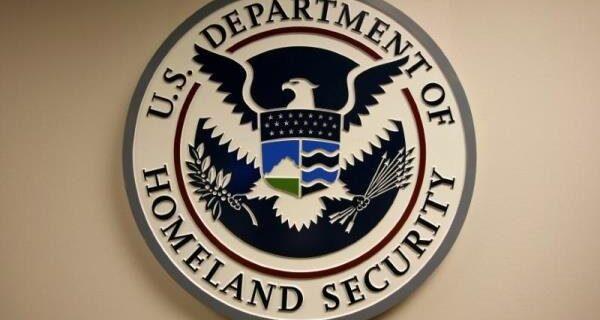 برخورد یک خودرو به ساختمان وابسته به وزارت امنیت داخلی آمریکا