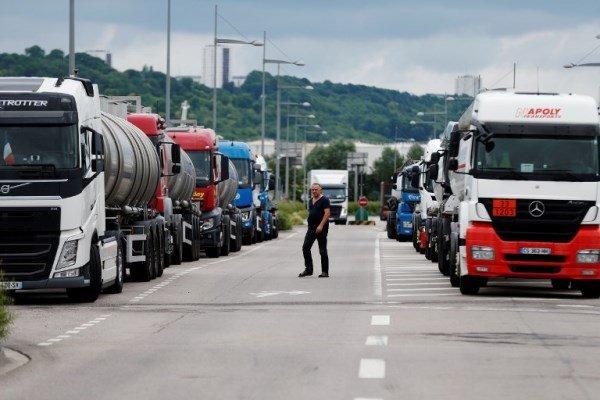 کامیونداران و کشاورزان فرانسوی به جمع معترضان این کشور پیوستند