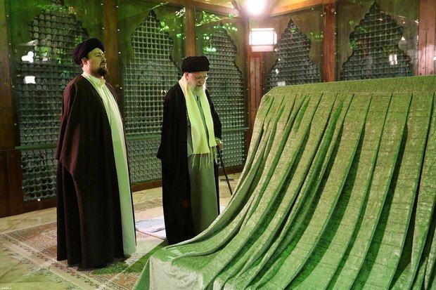 رهبر انقلاب در مرقد امام خمینی(ره) و مزار شهدا حضور یافتند