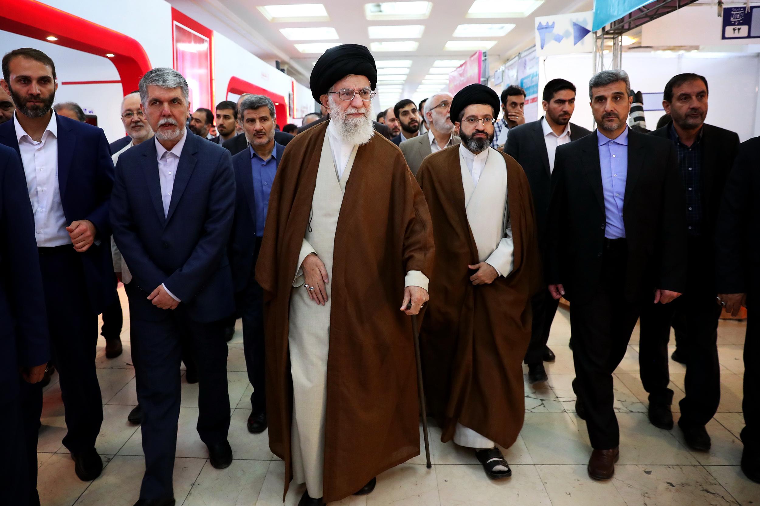 بازدید مقام معظم رهبری از نمایشگاه کتاب تهران