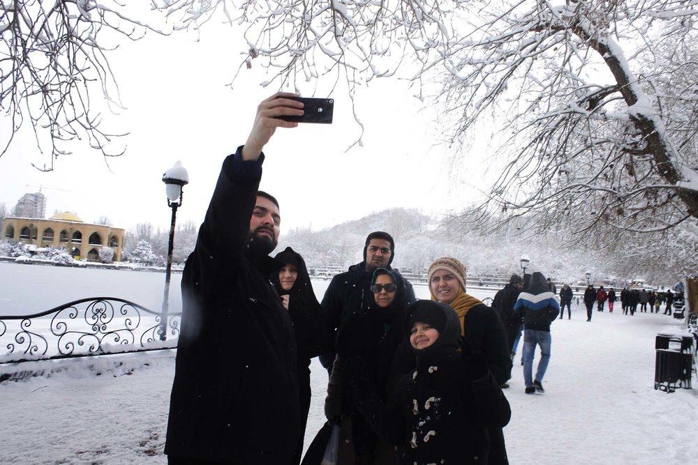 ضیافت تبریزیها در روز برفی تفرجگاه ائلگلی