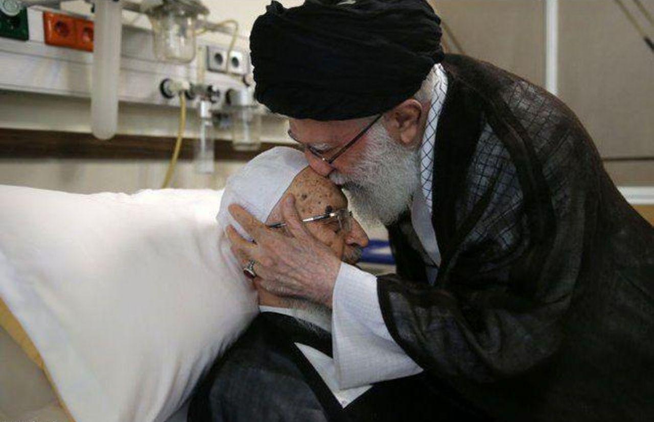 عیادت رهبر معظم انقلاب از آیتالله مکارم شیرازی